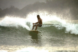 Agus teste un shortboard wood